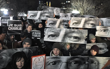 Folla riunita in Union Square a New York il 7 gennaio in memoria delle vittime di Charlie Hebdo