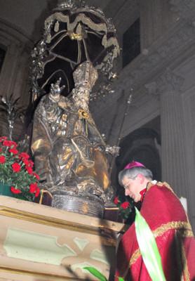 Il Vescovo mons. Sigismondi davanti alla statua di san Feliciano