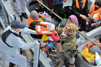 Militari italiani durante le operazioni di soccorso a donne e bambini