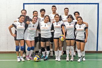 """La squadra di volley misto """"ADP IACACT-S4NP"""" alla fine della partita"""