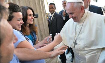 Papa Francesco benedice la pancia di una donna incinta (Getty Images)