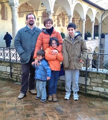 Gianluca Ruta e Simona Segoloni insieme ai figli: Matteo, Caterina, Giovanni e Tommaso che ha eseguito lo scatto della foto