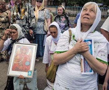 Donne in preghiera per la pace nella città ucraina di Luhansk orientale