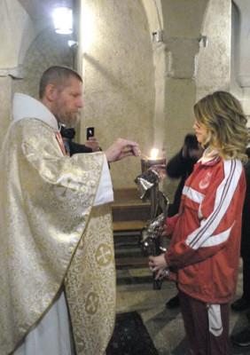 Padre Cassian accende la Fiaccola