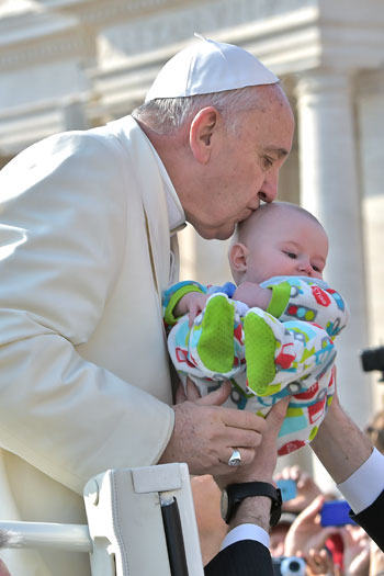 Papa-benedizione-neonato