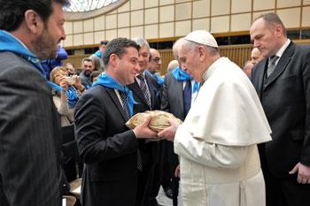 Un momento dell'incontro dei membri della Confederazione cooperative italiane con Papa Francesco, nella foto Andrea Fora consegna al Papa la pagnotta realizzata dai detenuti