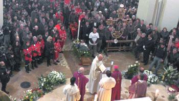 Un momento dei funerali di David Raggi
