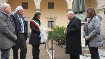 La presentazione della targa all'interno del cortile della curia di Assisi alla presenza di mons. Sorrentino