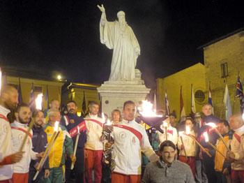 I tedofori sotto la statua di san Benedetto