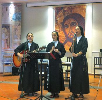 """Suore Francescane Alcantarine della Comunità di """"Casa Frate Jacopa"""" durante l'animazione di un momento di evangelizzazione"""