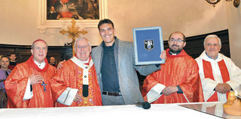 L'investitura del capodieci del cero di San Giorgio Andrea Fronduti (al centro) insieme a (da dx): mons. Ceccobelli, card, Bassetti, don Bocciolesi, don Fanucci