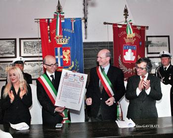 La firma del trattato con in sindaci Ricci e Stirati