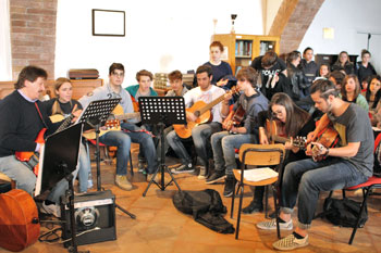 """Gli studenti che hanno animato la celebrazione pasquale al liceo """"Jacopone"""", presieduta dal Vescovo"""