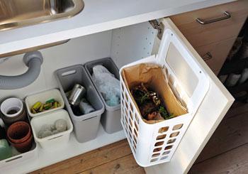 Una cucina domestica organizzata per la raccolta differenziata
