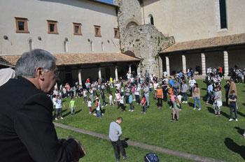 L'arcivescovo Boccardo osserva le famiglie che giocano