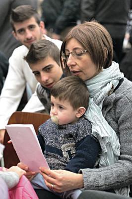 Nella foto una famiglia all'incontro delle famiglie numerose con Papa Francesco
