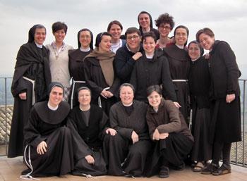 Foto delle partecipanti all'incontro regionale delle postulanti, novizie e juniores delle Missionarie Francescane di Gesù Bambino