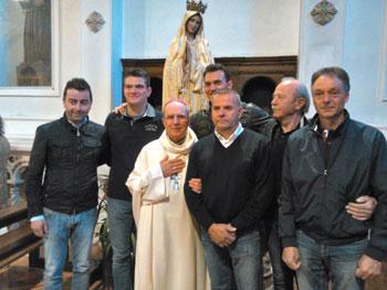 Mons. Ceccobelli insieme ai Capitani, ai capodieci e al Presidente dell'Università dei Muratori Mariani