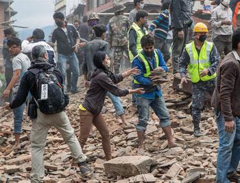 Volontari e operatori aiutano nella rimozione delle macerie dopo il terremoto in Nepal