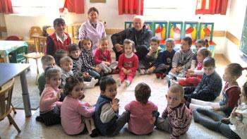 Mons. Tuzia durante la visita ai bambini nella missione di San Giuseppe di Fushë Arrëz