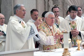 Il card. Bassetti presiede la celebrazione insieme al vescovo Boccardo