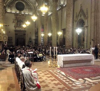 La cattedrale di s. lorenzo durante la veglia di pentecoste
