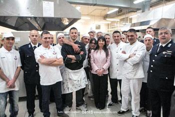 """I partecipanti al corso di """"addetto alla cucina"""" insieme alla direttrice Di Mario"""