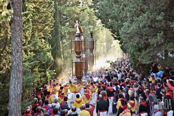 I ceri durante l'acesa al Monte Ingino diretti alla Basilica di sant'Ubaldo (foro Adelaide Spadafora)