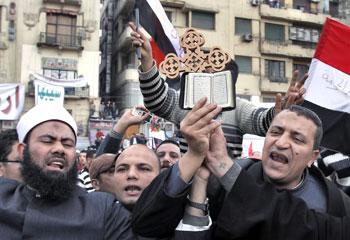 Egitto: cristiani e musulmani manifestano insieme