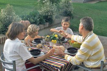 famiglia-spezza-pane-tavola