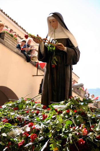 La processione con la statua di santa Rita