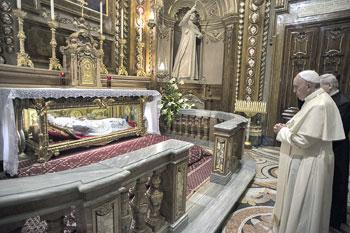 Papa Francesco davanti alla tomba di Don Bosco