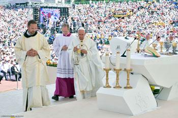 Il Papa durante la Messa nello stadio Kosevo