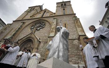 Preghiera davanti alla Statua di San Giovanni Paolo II a Sarajevo