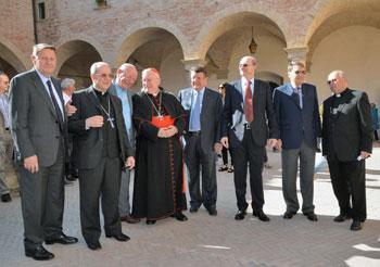 Il card. Bassetti, mons. Ceccobelli, Stirati, il rettore della basilica e i fratelli Colaiacovo (foto Gavirati)