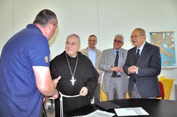 """Il vescovo Piemontese durante un momento della consegna dei primi dieci contributi del """"Fondo di solidarietà"""""""