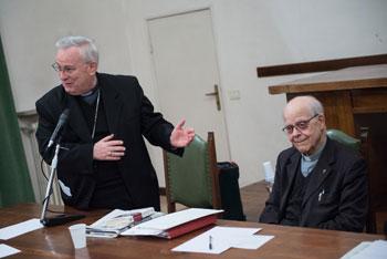 Il card. Gualtiero Bassetti e don Elio Bromuri all'incontro degli Amici de La Voce del 2014