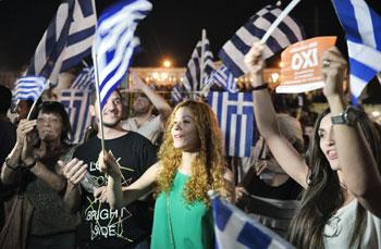 """Festa in piazza ad Atene dopo la vittoria dei """"no"""" al referendum"""