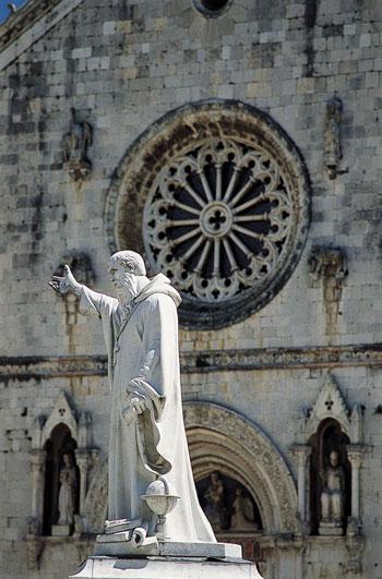 La statua di San Benedetto a Norcia