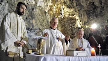 Il card. Gualtiero Bassetti, il vescovo Mario Ceccobelli e don Mirko Orsini
