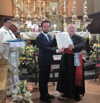 La consegna dell'onorificenza al card. Bassetti da parte dell'ambasciatore romeno Tataru- Cazaban