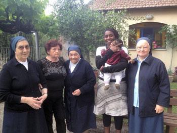 Nina e la sua piccola con le suore Figlie della Carità