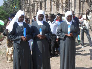 Nelle foto due momenti della celebrazione delle professioni in Africa