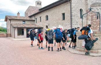 Gruppo di giovani in visita alla fraternità di San Masseo ad Assisi