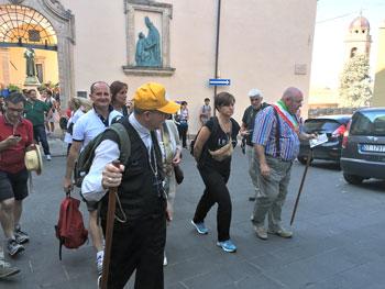 Il vescovo Ceccobelli (in primo piano con il cappellino) ed altri partecipanti in partenza per la marcia Assisi-Gubbio