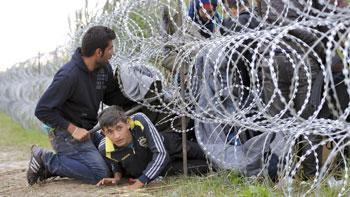 Migranti siriani cercano di oltrepassare il confine ungherese