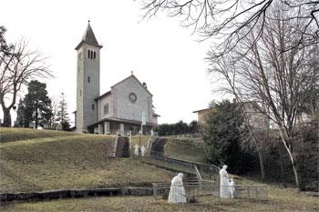 Il Santuario della Madonna de La Salette in Salmata di Nocera Umbra; visibili le 9 statue, donate da una benefattrice francese, raffiguranti le tre fasi dell'apparizione