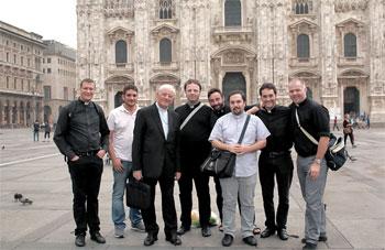 Foto di gruppo con il Vescovo Tuzia e i giovani preti a Milano
