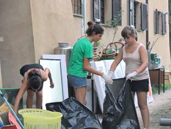 Alcune delle giovani volontarie al lavoro