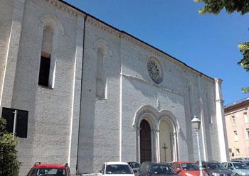 La porta laterale (che si affaccia su piazza Quaranta Martiri) della chiesa di San Francesco a Gubbio